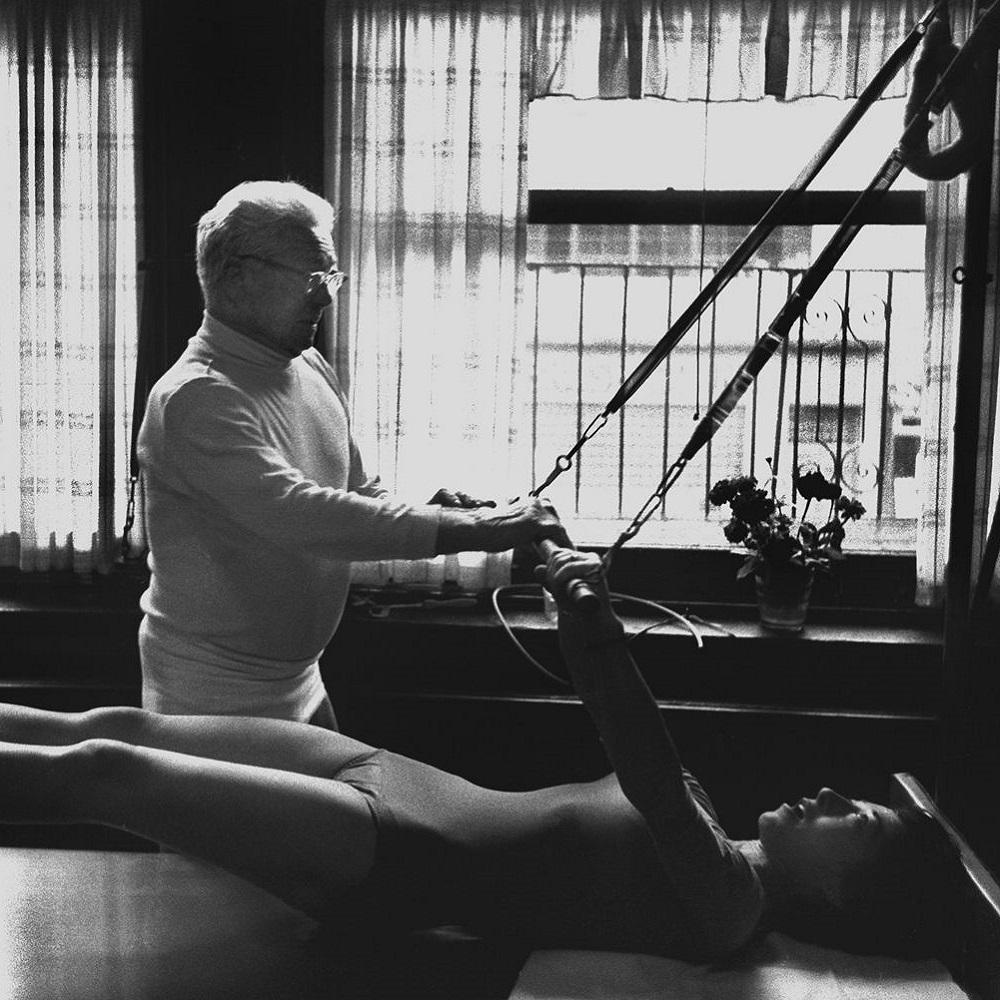 Joseph Pilates practicando ejercicios de Pilates